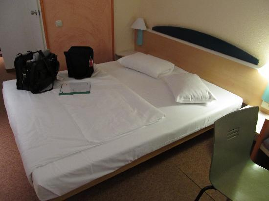 Ibis Hotel Airport Tegel: bed and chair, both actually comfortable!