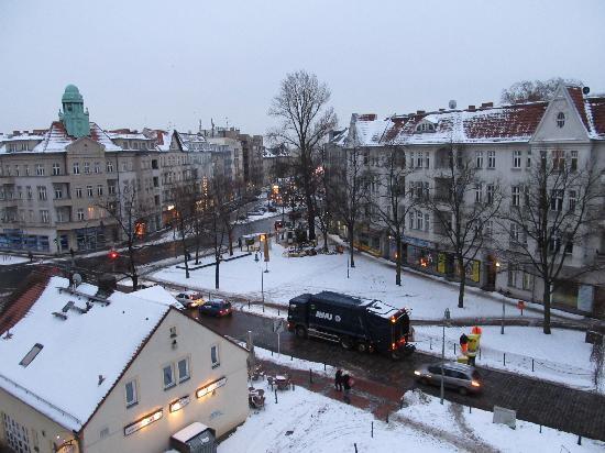 Ibis Hotel Airport Tegel: View of Kolpingplatz and neighborhood from 4th floor room overlooking coblestone Alt-Reinickendo