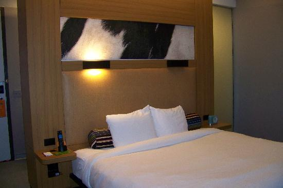 Aloft San Antonio Airport: king room
