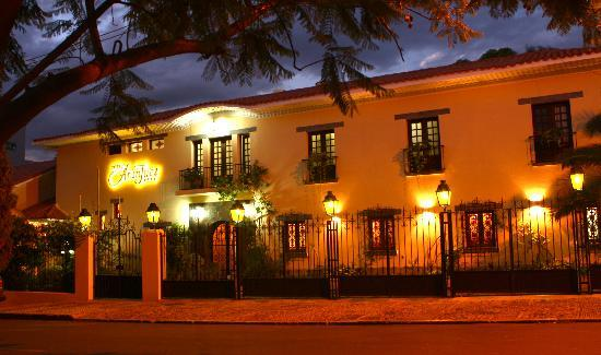 Hotel Aranjuez Cochabamba: Street view of the hotel at night