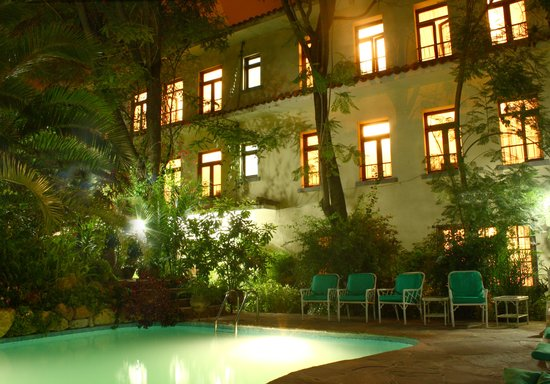 Hotel Aranjuez Cochabamba: Gardens and pool at night