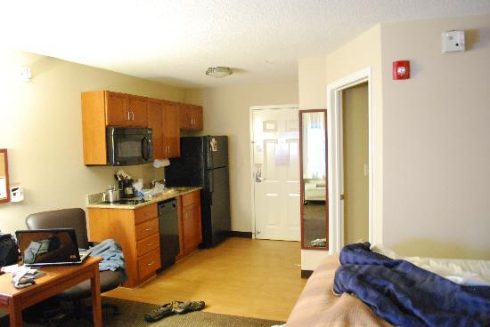 Candlewood Suites Colonial Heights: A comfortable room with kitchen.