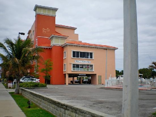 Madeira Bay Resort: Side view of MBR