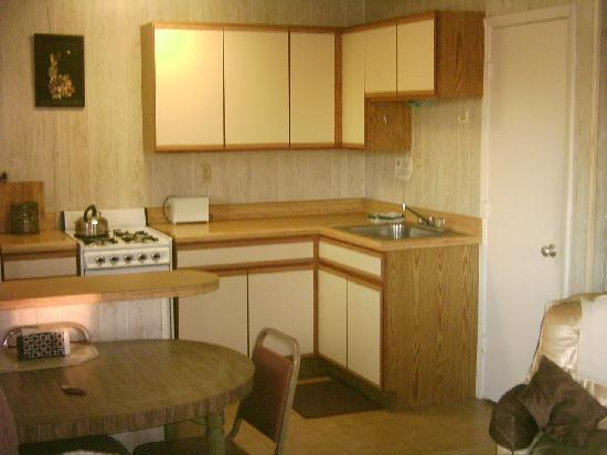 Pink House Motel: kitchen area