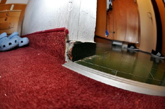 Alpenhotel Edelweiss: Alt und verrottete Fußböden