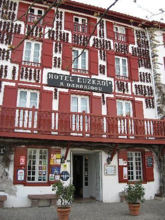 Hotel Euzkadi : Hotelfassade mit Pimentschmuck.
