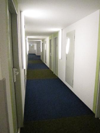 Ibis budget Hamburg Altona: weite Hotelflurlandschaft
