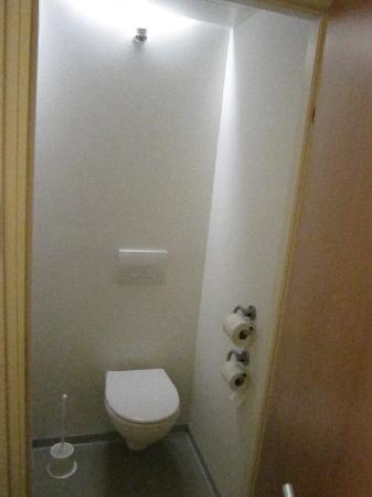 Ibis budget Hamburg Altona: separates WC im Zimmer