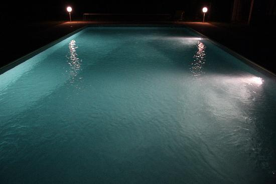 Miramont-de-Guyenne, França: The Pool At Night