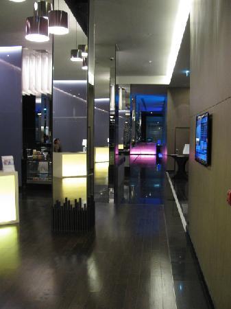 Radisson Suites Bangkok Sukhumvit : Hallway to dining room/bar