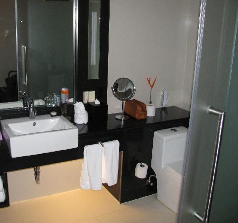 Radisson Suites Bangkok Sukhumvit : Our bathroom