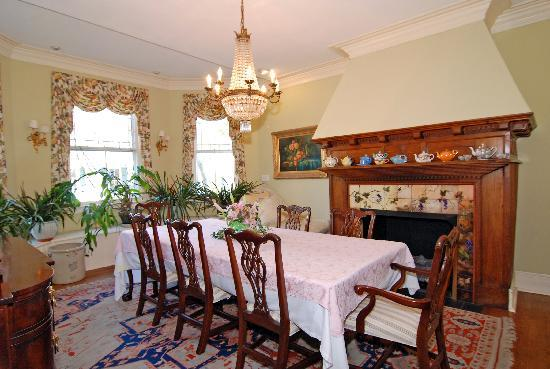 Camellia Cottage Bed & Breakfast : Dining Room, home of our 3-course breakfasts