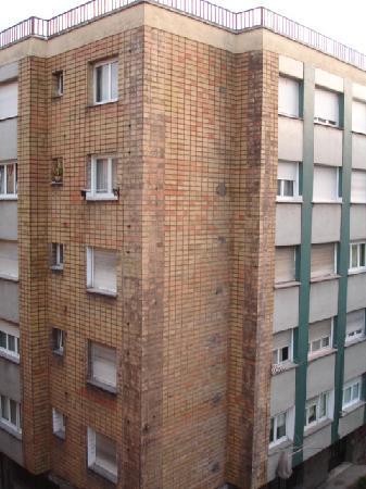Hotel Arbeyal: el edificio de la izquierda