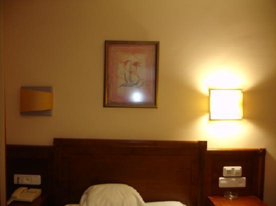 Hotel Arbeyal: parte de la habitacion, el cabecero de la cama