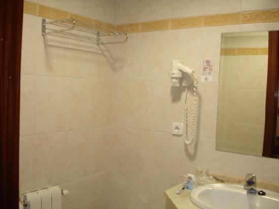 Hotel Arbeyal: el baño habitacion nº 314con grifo de la ducha fijo.