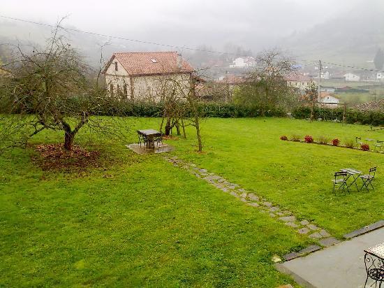 Hotel Rural Casa de La Veiga: jardin de la casa