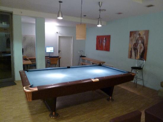 The 4YOU Hostel & Hotel Munich: Billardtisch Lobby