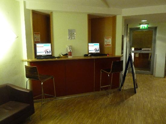 The 4You Hostel & Hotel Munchen: Business Center - InternetPC in der Lobby