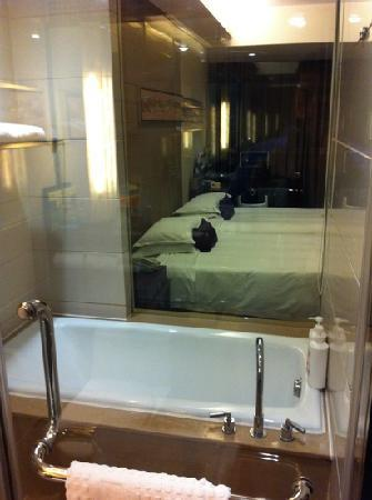 Yiwu International Mansion Hotel: Beds from shower/bathtub area