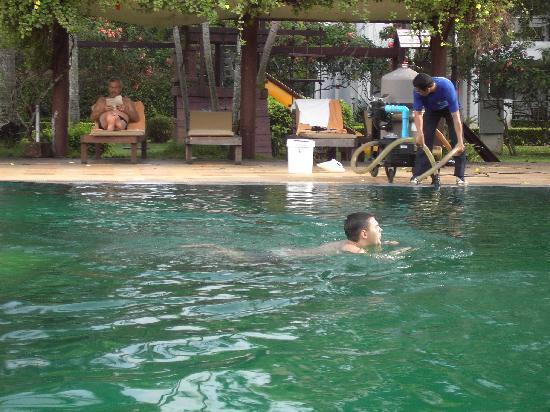 """Pinnacle Grand Jomtien Resort : Während der """"Reinigung der krankmachenden Brühe ließ man sorglos die Gäste weiter schwimmen!"""