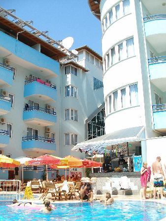 Risus Suit Hotel: Gezellig  Zwembad