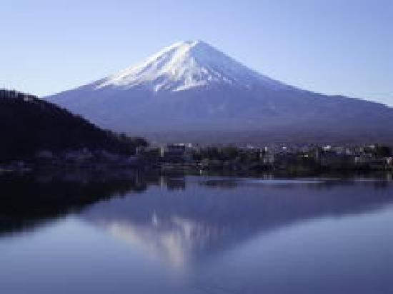 Tominoko Hotel: 宿の前からの逆さ富士