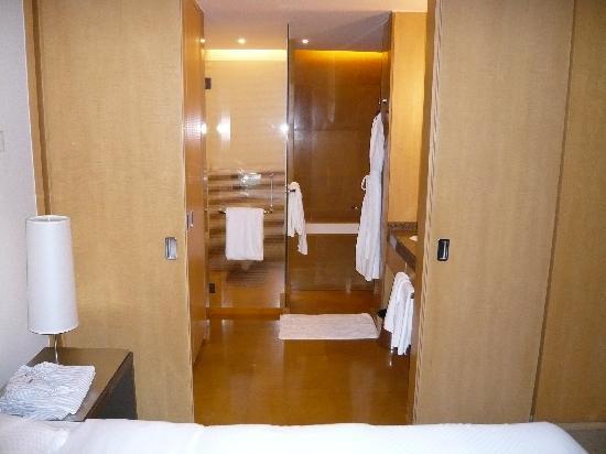 Grand Hyatt Mumbai: Blick In Das Badezimmer (abtrennbar Mittels Schiebetür)
