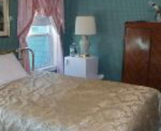 Coolidge Corner Guest House: Bed & Bagel Thumbnail