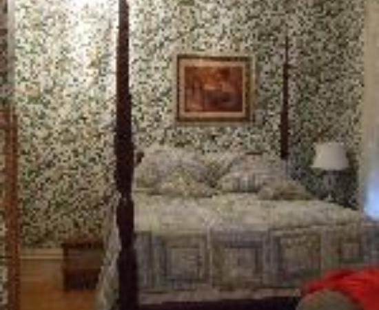 The Foxglove Inn : Colonial Gardens Bed and Breakfast Thumbnail