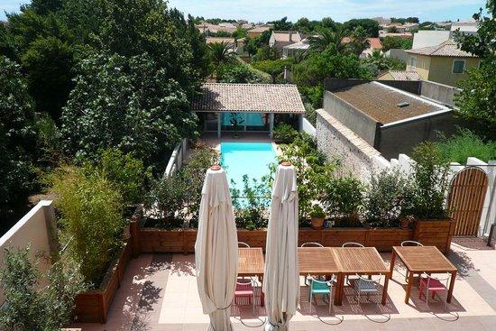 Petit Hotel Marseillan: Vue de la loggia Chambre Figuier vers terrasse et piscine en rez de jardin