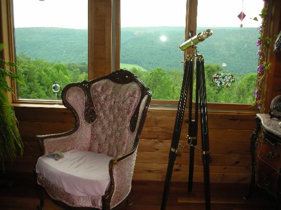 The Vagabond Inn: cozy common room with beautiful view of mountains