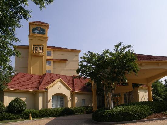 La Quinta Inn & Suites Atlanta Ballpark at Cobb Galleria: Outside View (Entrance)