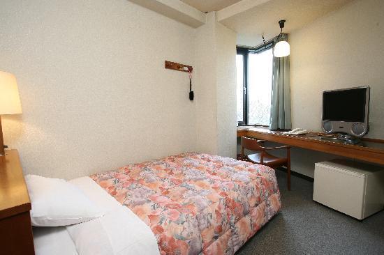 Hotel Fukuoka Kaikan: シングルルームは全てセミダブルベッドを使用。LAN環境も完備しております。