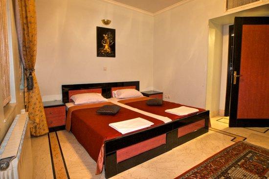 Hasht Behesht Apart. Hotel: Hasht Behesht Apartments: joined beds