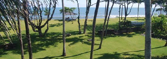 Morabito Art Villa: parc and front beach