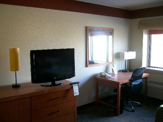 Baymont Inn & Suites Huntsville: Inside View, TV & Desk