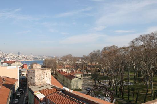 Sirkeci Mansion: Vue de l'hotel sur le parc de Gülhane dans la partie inférieure de Topkapi