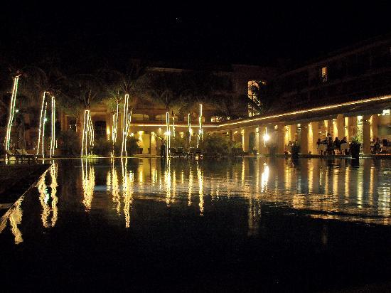 Mauricia Beachcomber Resort & Spa : Le Mauricia by night