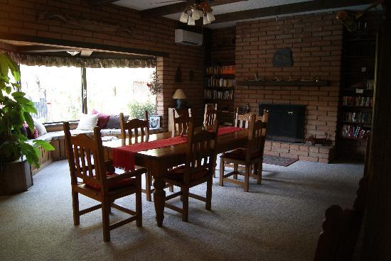 Desert Trails Bed and Breakfast: Dining room