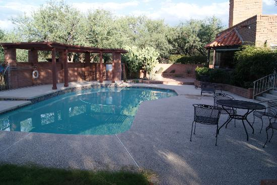Desert Trails Bed and Breakfast: Pool and patio area
