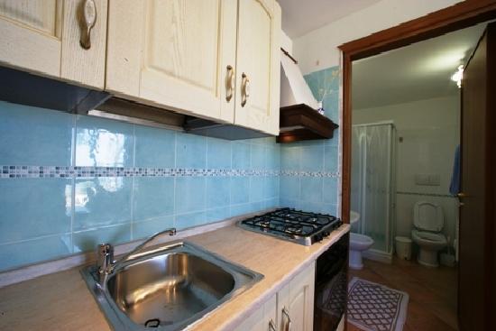 Brezza d'Estate: cucina e bagno del monolocale