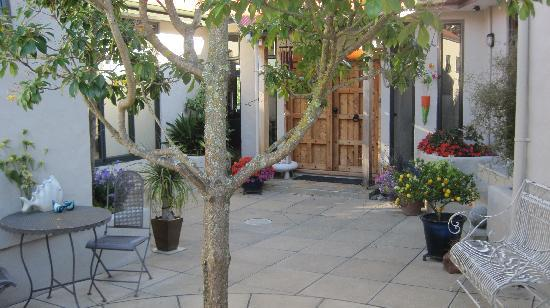 The Loft Art Studio & Premium Bed and Breakfast: Entry Courtyard - The Loft