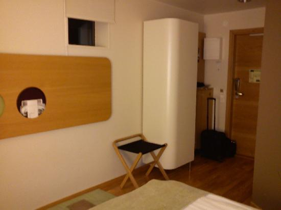 Scandic Alvik: Standardrum fotat från fönstret och inåt