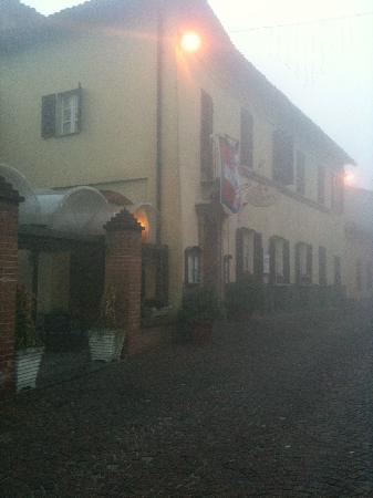 Neive, Ιταλία: Ingresso della Contea e piazza