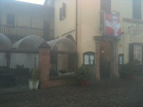 Neive, Ιταλία: Ingresso Contea e parte della veranda