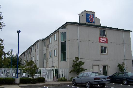 Motel 6 Springfield: Another outside view