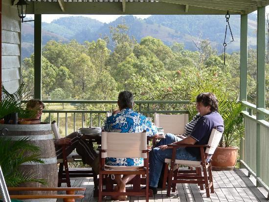 Amamoor Lodge: Breakfast on the verandah.