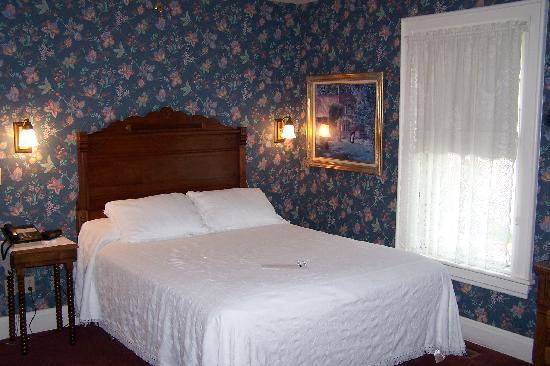 Kingsley Inn: Bedroom (3rd floor room)