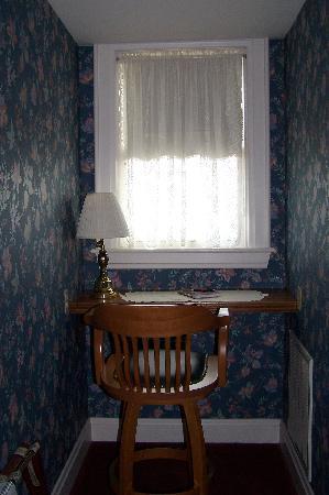 Kingsley Inn: Desk/window (3rd floor room)