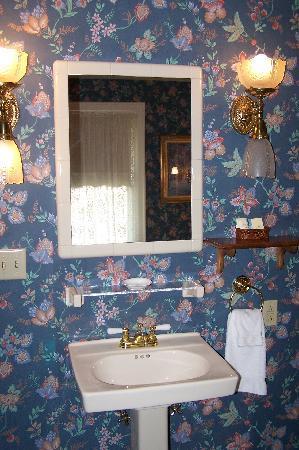 Kingsley Inn : Sink outside bathroom (3rd floor room)